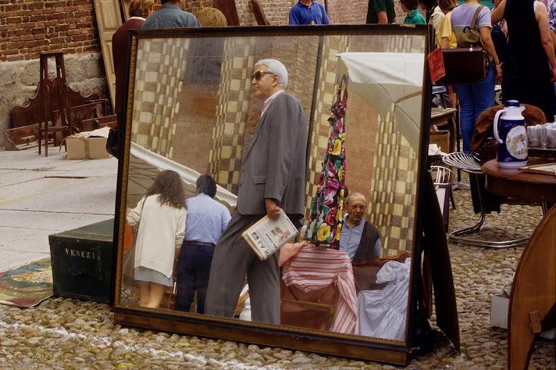 passanti al mercatino di Silvano