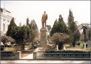 Photo: Statuia Dr. Ioan Raţiu şi Biserica Luterană din Turda la data de 5 aprilie 1982. -  sursa: Facebook, R.C https://www.facebook.com/photo.php?fbid=1633957103584437&set=a.1461038877542928.1073741826.100009104908756&type=3&theater