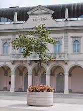 Photo: Gradisca d'Isonzo, Teatr Nowy / Nuovo Teatro Comunale Połączenie komunikacyjne wychodzące z Aquileia Romana w kierunku Iulia Emona, z gospodarczego i wojskowego punktu widzenia,  było jednym z najważniejszych, łączących Italię z terenami naddunajskimi. I dzisiaj można prześledzić trasę, która wychodzi z Aquileia przez Monastero,  biegnie przez Villa Vicentina, Ruda, Villesse w pobliże Gradisca d'Isonzo.