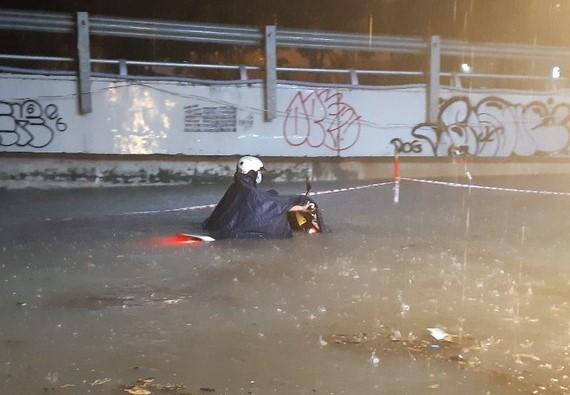 Sài Gòn: Nước ngập đến thắt lưng, báo cáo ngang đầu gối
