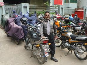 Photo: Náhodný hlídač a jeho motorka (foto si vynutil sám - asi chtěl, abychom na něj měli památku).