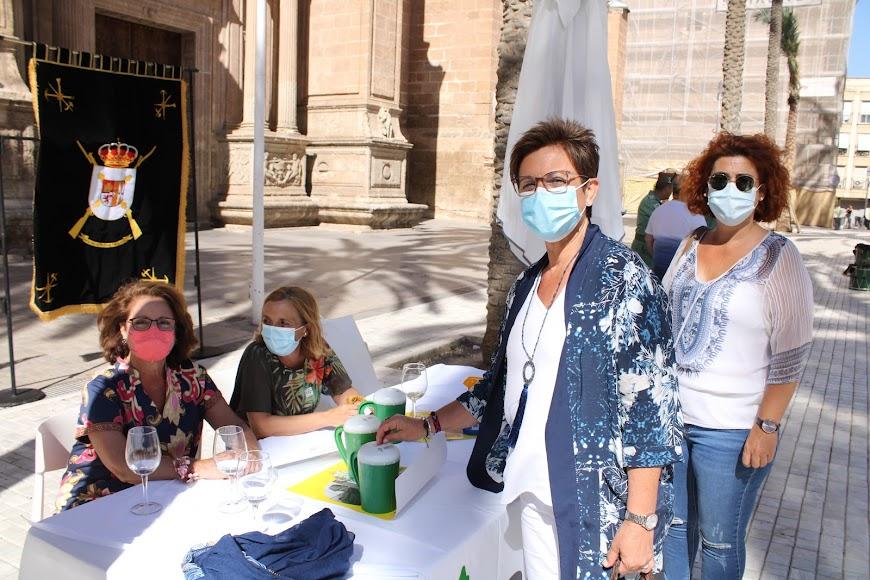 Las concejalas del PSOE Adriana Valverde y Amparo Ramírez depositando su donativo en la mesa petitoria de La Legión.