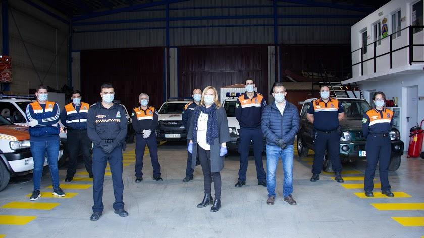 Esperanza Pérez, en el centro, con voluntarios de Protección Civil.