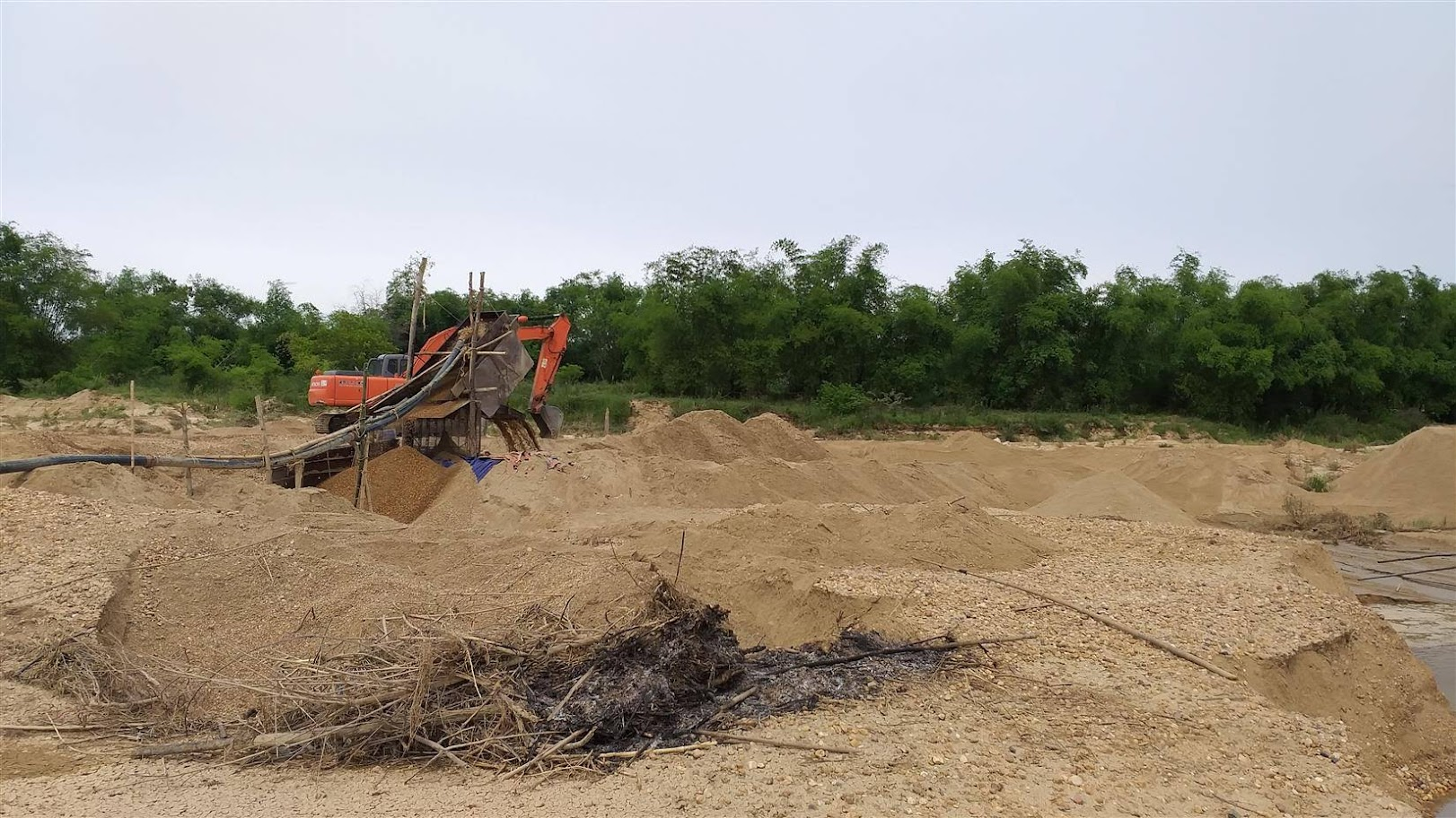 Nhiều doanh nghiệp khai thác cát, sỏi ở Tân Kỳ còn nợ các khoản tiền về  cấp quyền, tiền thuê đất, phí bảo vệ môi trường... nhưng đã hoạt động khai thác