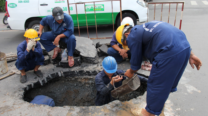Đội ngũ thợ đang thực hiện nạo vét, rút hầm cầu