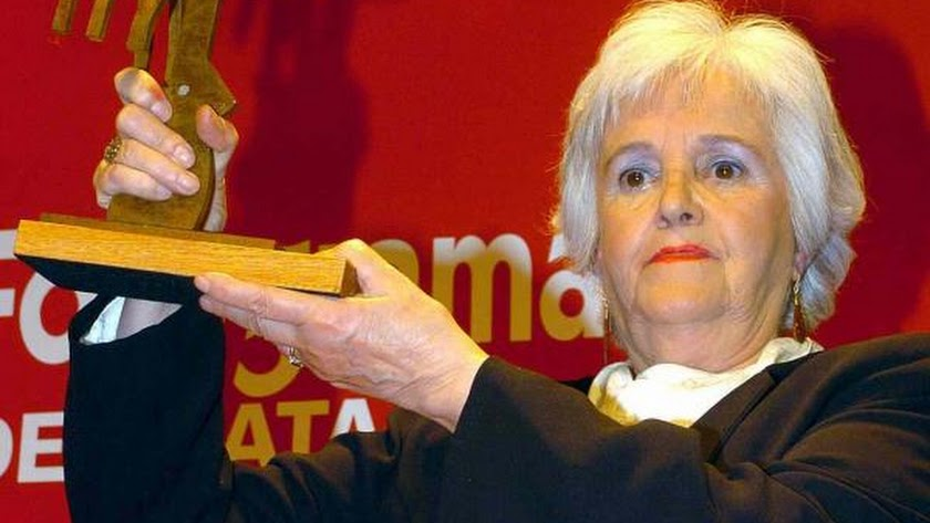 Chus Lampreave, con el premio homenaje de la revista Fotogramas en 2005.