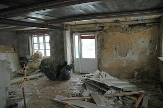 Photo: Gipsplader fjernet rundt i køkken/alrum samt den smule isolering der var, vi blev ret overraskede og ikke længere så kede af beslutningen om nedbrydningen.