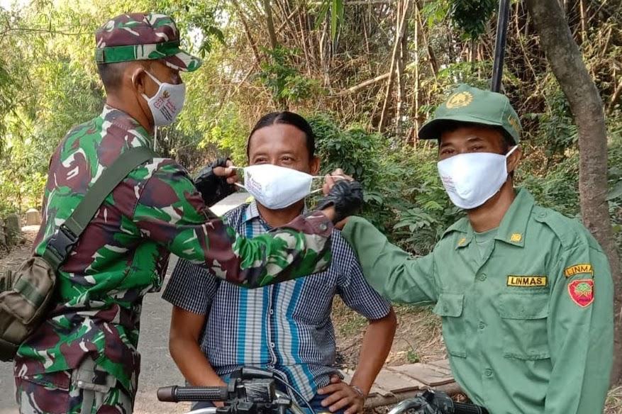 Tidak Pantang Menyerah, Bantu Pemerintah Cegah Penularan Covid -19 Babinsa Geplak Bagi-Bagi Masker