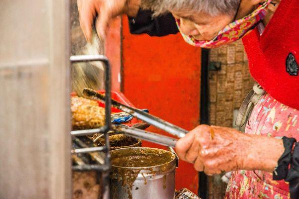 彎背阿婆烤玉米   等多久都願意的燒番麥