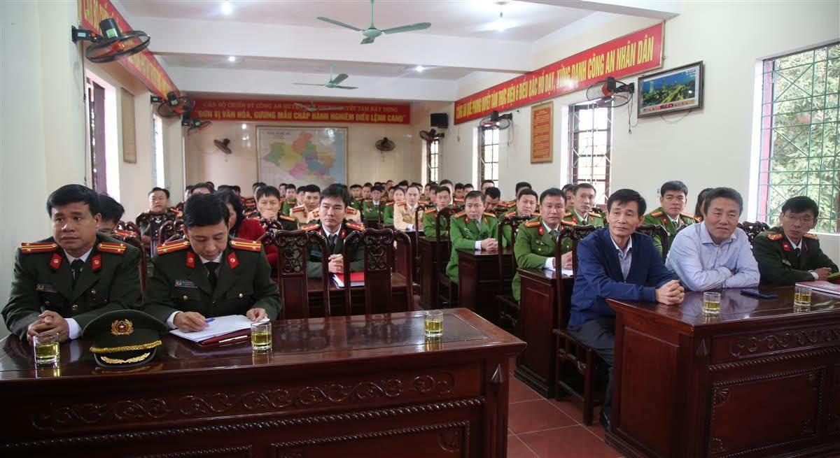 Các đại biểu và CBCS Công an huyện Quế Phong tham gia buổi lễ