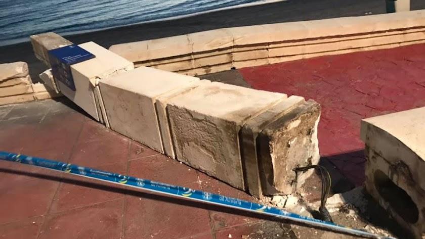 Uno de los pilares de acceso a la playa, derribado por una máquina de limpieza.