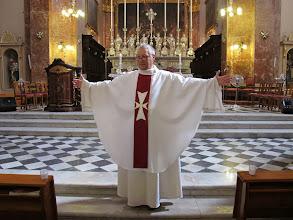 Photo: 13.10.12Birgu : église St.Laurent, Père Patrick avec sa chasuble marquée de la croix de Malte