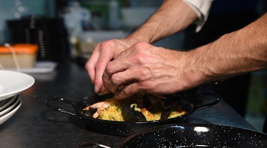 Arroz con conejo y ensalada mediterránea: disfruta del domingo