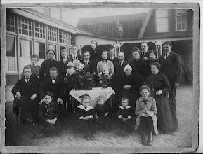 Photo: Deze foto is  genomen in de tuin van hotel Welgelegen. Het hotel is in de oorlog door de duitsers  gesloopt. De familie op de foto is van Piet de Graaf,  ze waren ? jaar getrouwd. Piet de Graaf was een broer van Maartje de Graaf en oom van mijn grootmoeder.