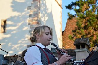 Photo: Eine hübsche Musikantin. Man hört sie förmlich spielen!
