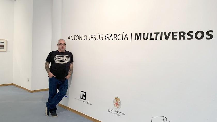 antonio jesús garcía  en el Museo de Almería, durante una visita a su  proyecto 'Multiversos'.  Foto de Guadalupe Bascuñana