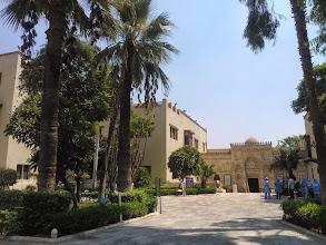 Photo: al final, el museo copto. las personas de azul son la brigada de limpieza. todo está impecable (los vi sacando brillo a los monumentos), menos los baños.