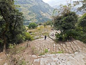 Photo: Auf endlosen Steintreppen steigen wir mehr als 1000 m ab.
