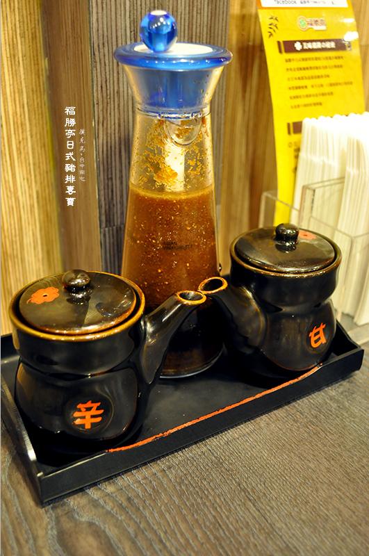 福勝亭日式豬排專賣桌位上放置的醬料