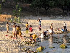 Photo: Cóbuè - laundry at the beach