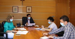 El alcalde, Francisco Góngora, se reúne con la edil de Cultura, Julia Ibáñez, y técnicos municipales.