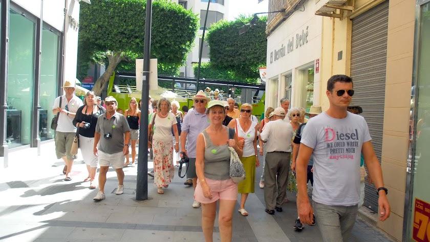 Turistas británicos paseando por las calles del centro de Almería en una imagen de archivo.