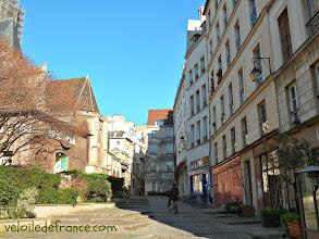 Photo: Se faufiler avec votre vélo dans des ruelles du vieux Paris (Rue des Barres sur la photo) -e-guide de balade à vélo dans Paris de Notre-Dame à Bercy-Village