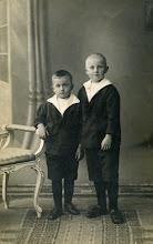 Photo: Lambertus Stilma's beide zonen: de jongste is Sytze, geboren 29-7-1916 in St. Nicolaasga. De oudste, die precies op zijn vader lijkt, is Sjoerd. Hij is in dezelfde plaats geboren en wel op 7-1-1914. Beiden zouden net als hun vader een politieloopbaan volgen. Sytze werd adjudant bij de gemeentepolitie Hilversum, Sjoerd adjudant/groepscommandant bij de rijkspolitie.