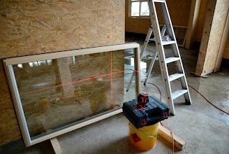 Photo: 20-11-2012 © ervanofoto Klaar voor de plaatsing van de inkomdeur en de deur van de toonzaal. Een lasertoestel zorgt voor het uitzetten van de juiste maat.