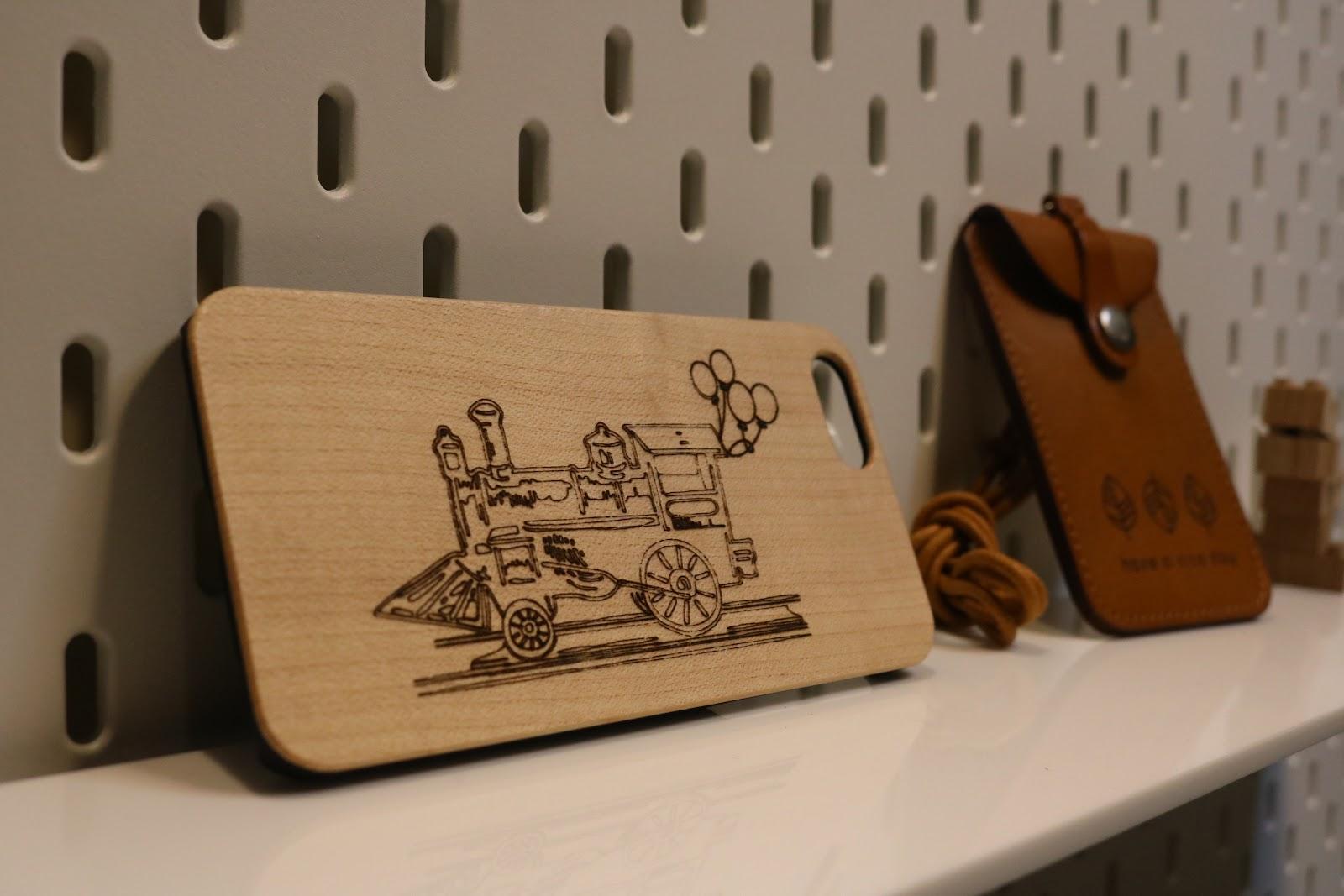 Cubiio 掌上型雷雕機可以在各種不同的材質上雕刻,如木頭、皮件、紙張等等。