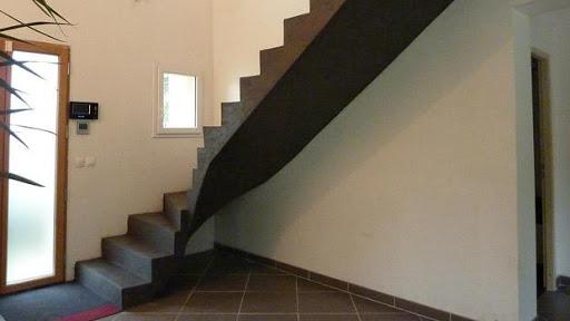 Escalier recouvert entièrement d'enduit décoratif en béton ciré