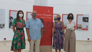 Inauguración con la delegada, Eloísa Cabrera, la directora de la biblioteca, Milagros Cascajares, y el periodista José Mª Granados.