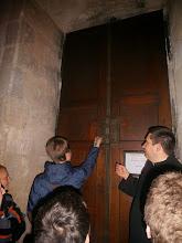 Photo: spoluministrant z BA arcidiecézy otvára bránu