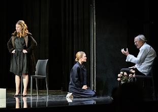 """Photo: WIEN/ Theater in der Josefstadt: """"VOR SONNENUNTERGANG"""" von Gerhard Hauptmann. Premiere 3.9.2015. Maryna Senckel, Paulina Knof, Michael König. Copyright: Barbara Zeininger"""