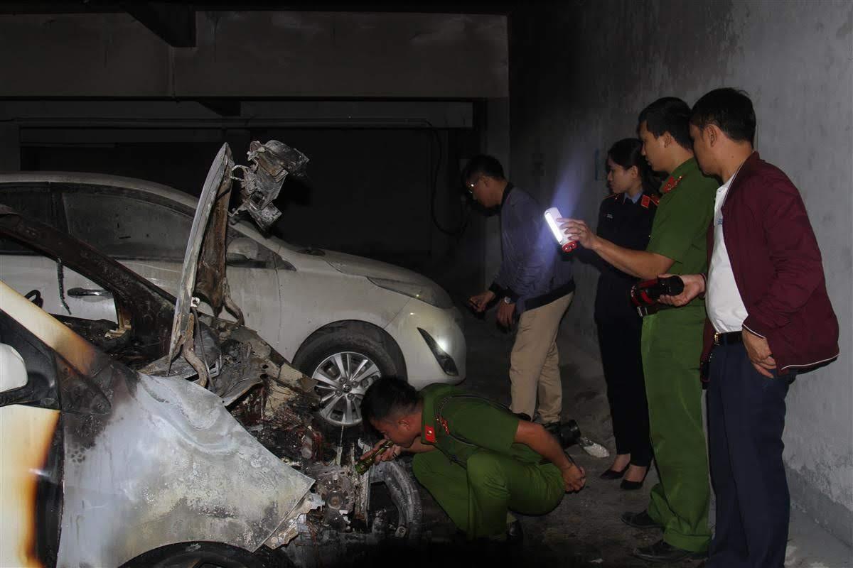 Lực lượng Công an khám nghiệm hiện trường,                                                         giám định chiếc xe bị cháy tại chung cư Vinaconex