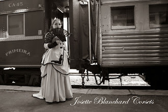 Photo: Vestido Vitoriano tardio ( 1880) em gabardine cinza e preto com aplicação de bordados e rendas. Com camisa de algodão preta com renda. Camisa, casaco e Saia: R$ 450,00.