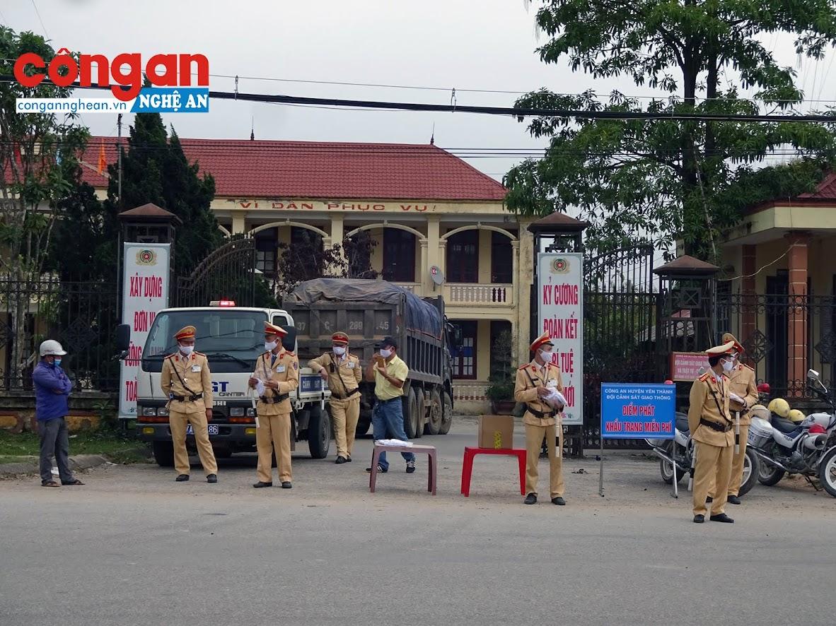 Ngày 11/3, Đội CSGT Yên Thành phát miễn phí hơn 850 khẩu trang cho người dân