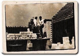 Photo: Budowa domu - Zduńczyk - Od lewej: Sekściński Wacław, Niedbała Mieczysław i Zduńczyk Stanisław
