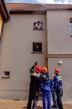 Photo: Gräfenhainichen Berufsfeuerwehrtag der Jugendfeuerwehren der Stadt Gräfenhainichen, des THW und der Partnerwehr aus Laubach in Ferropolis. Einsatzübung am Rathaus in Gräfenhainichen. Retten von Personen aus einem brennenden Haus. Foto: ©Thomas Klitzsch