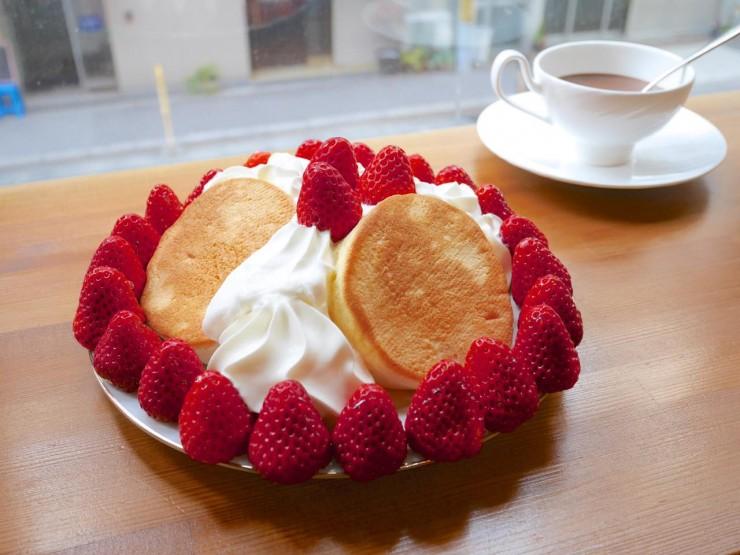 「苺畑のスプレパンケーキ」は苺2パック使用!?大阪市西区新町『チョコレート研究所』