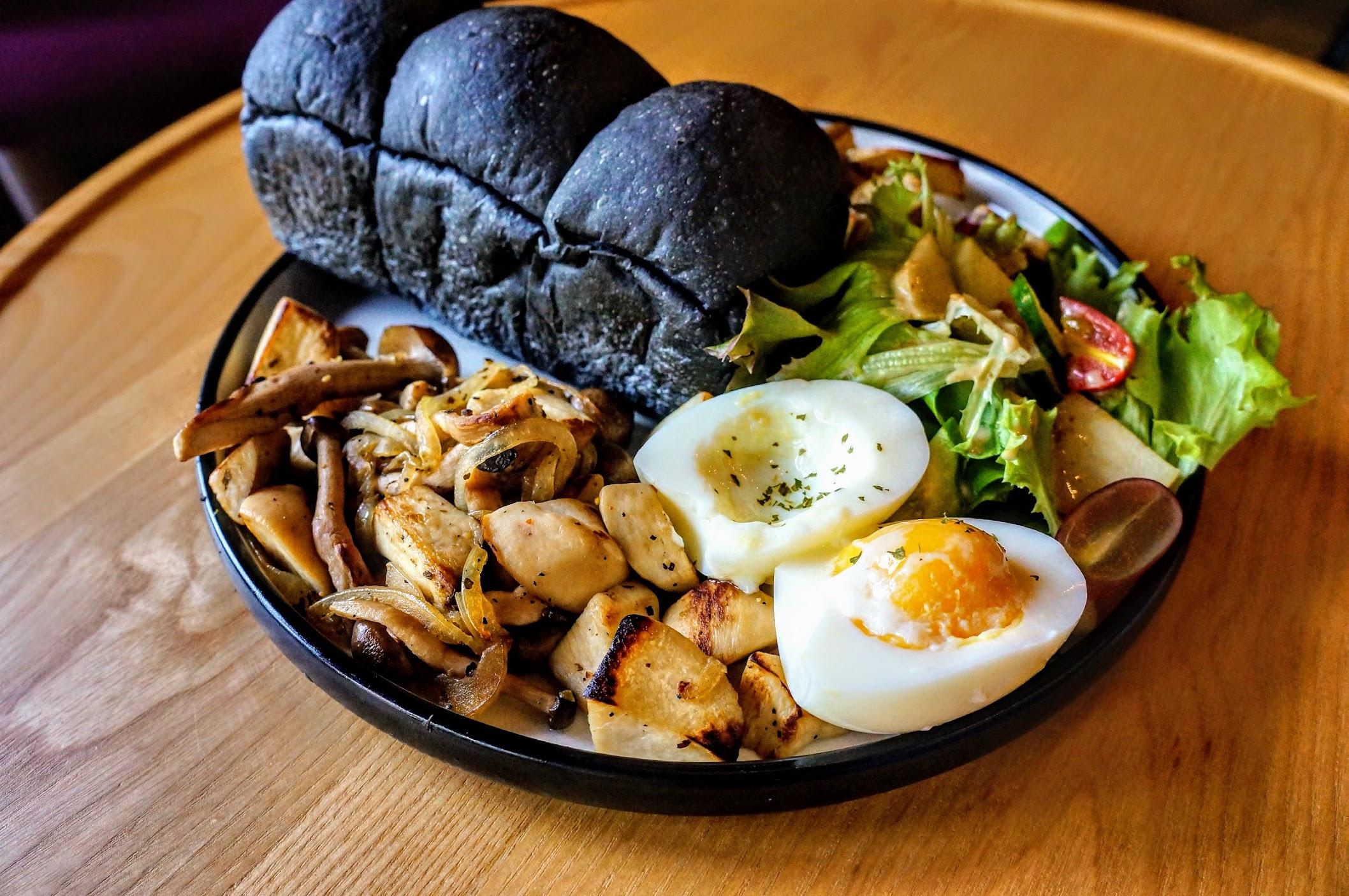 黃金蛋佐義式鮮菇! 有竹炭麵包/水煮蛋/馬鈴薯和菇類...