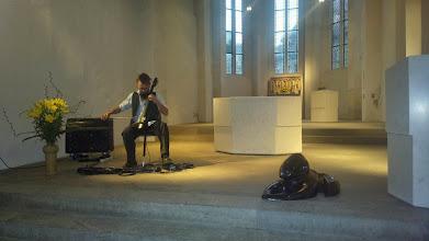 """Photo: Benni Cellini mit seinem E-Cello zur Ausstellungseröffnung """"Tempanon"""" von Doreen Wolff in der Marienkirche am Naumburger Dom"""