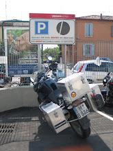 Photo: Große Ausnahme: Resi darf auf dem Ducati-Parkplatz parken, ...