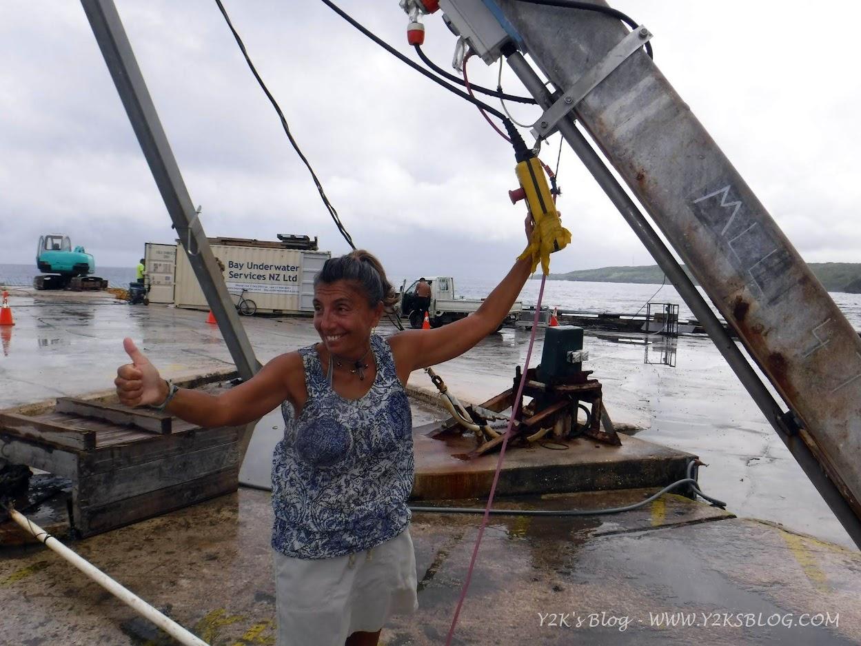 Ale alla gru per issare il dinghy - Niue