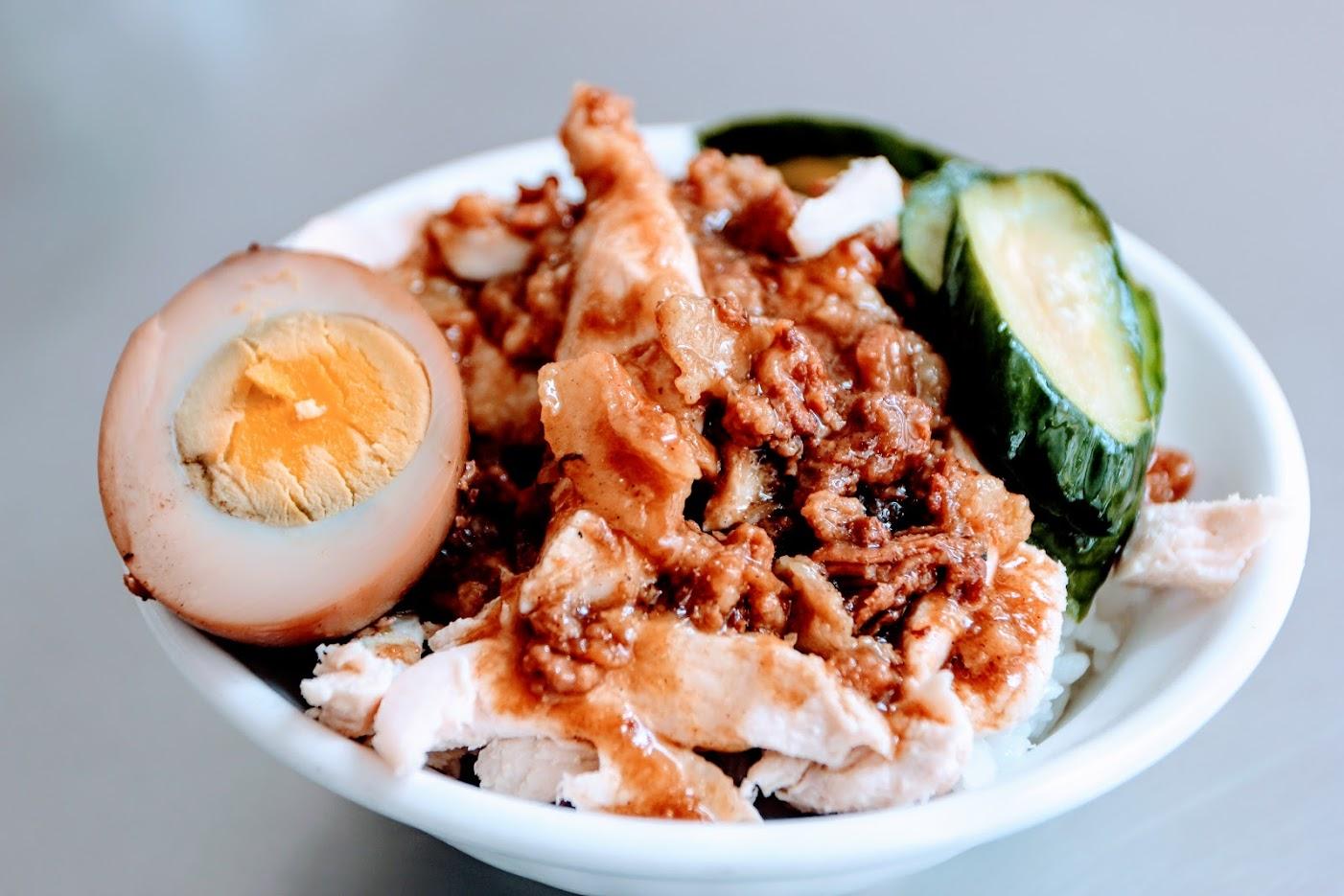 飯的話還蠻澎湃的阿...有黃瓜/雞肉絲/半顆蛋,只是雞肉絲略乾一些,還好湯汁給的多