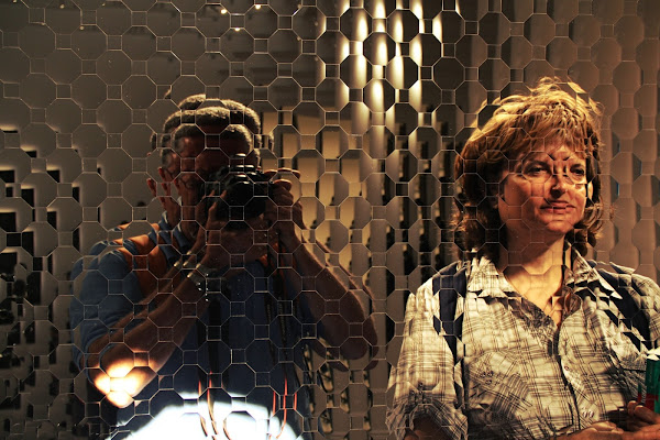 En regardant l'oeuvre d'art di Carmelo Vecchio
