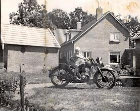 """Photo: Ede Hofsteenge voor het """"liekwaogenhoesie op de Royal Menfield motor"""