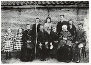 Photo: 1903 Groepsportret ter gelegenheid van het zilveren huwelijksfeest van het echtpaar Van Gurp-Schellekens aan de Kerkstraat (Heilaarstraat)..Kijk in 1928 voor hun GOUDEN huwelijksfeest !