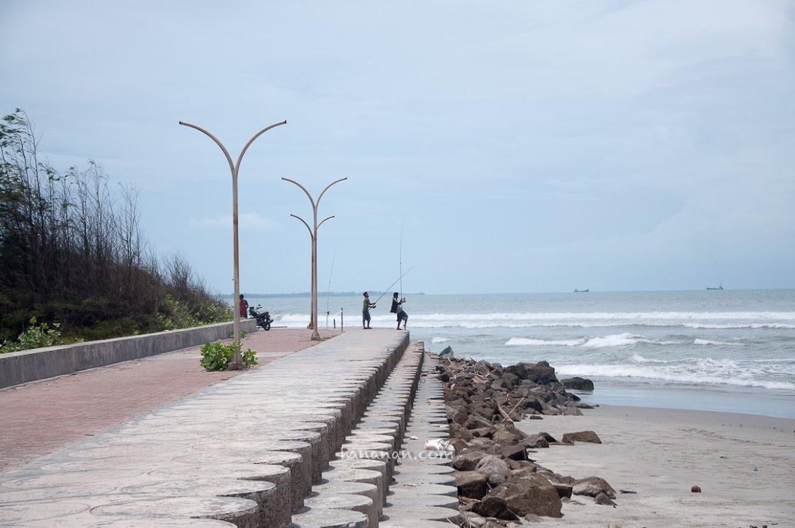 Salah satu pantai keren di Bengkulu karena ada trotoar di pinggirnya. Bisa dipakai untuk jogging track. Aku ingin tinggal di kota ini!