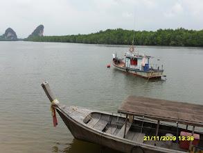 Photo: (Von der  Uttarakit Road aus am Wasser  fotografiert)